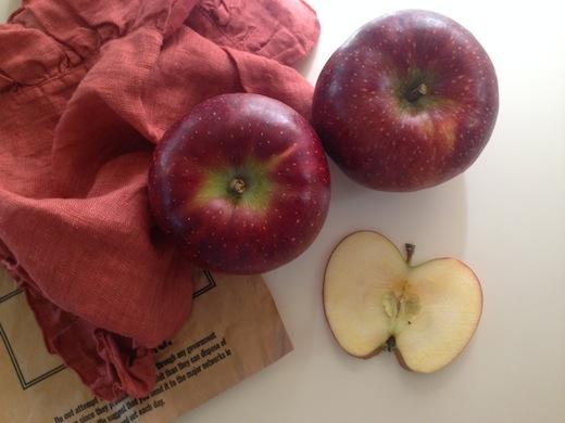 りんごと赤い布.JPG